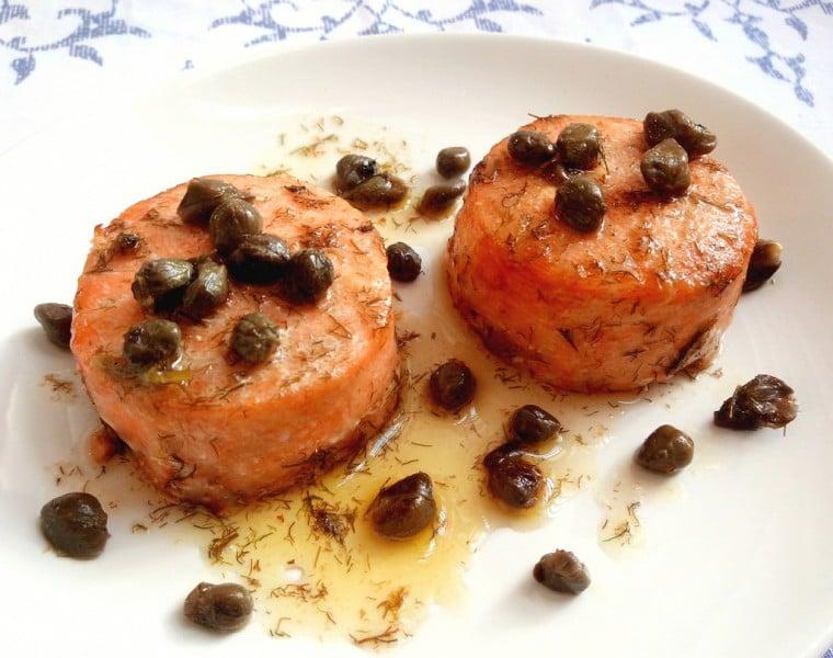 medalhão de salmão com alcaparras