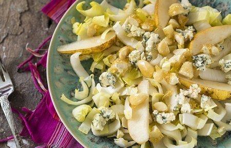 salada de endívia com pera, gorgonzola e amêndoas caramelizadas