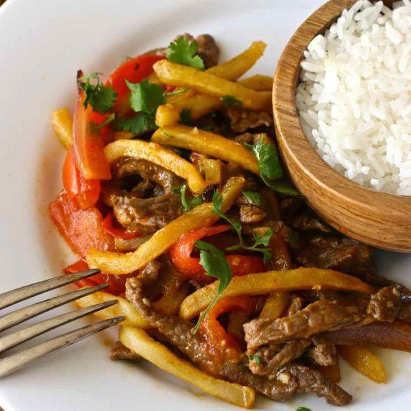 lomo saltado com arroz