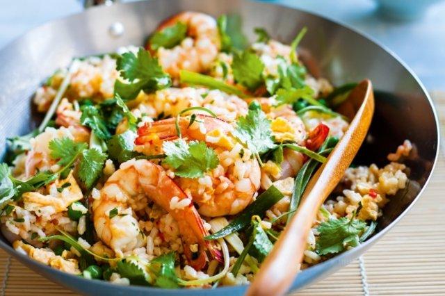 arroz frito com ovo, camarão e ervilha